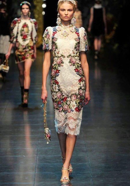 Платье в русском стиле с вышивкой и кружевом, средней длины, на современный лад