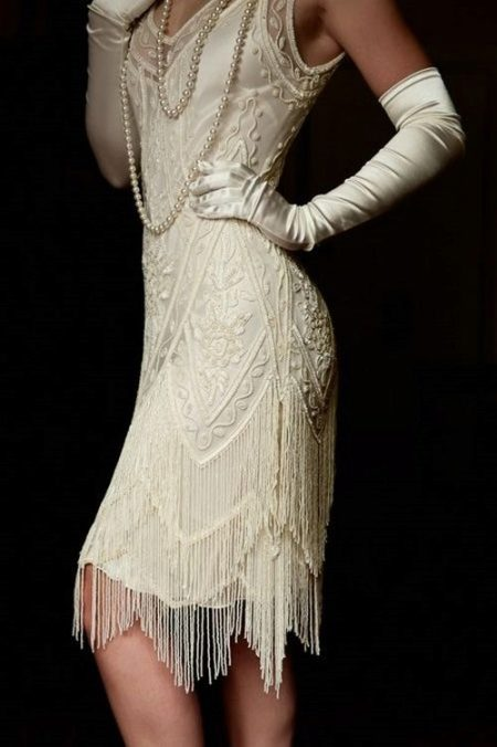 Белое платье с ассиметричным низом юбки в стиле Гэтсби в сочетание с перчатками и жемчугом