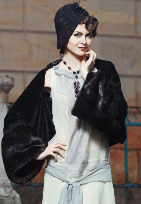 Серое платье в стиле Гэтсби с черной шляпкой и  горжеткой
