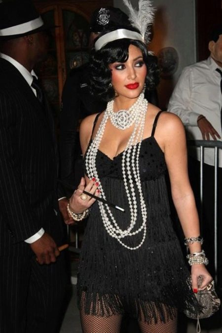 Черное платье в стиле Гэтсби в сочетание с жемчугом и маленькой сумочкой