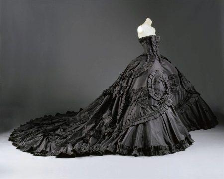 Винтажное платье со шлейфом