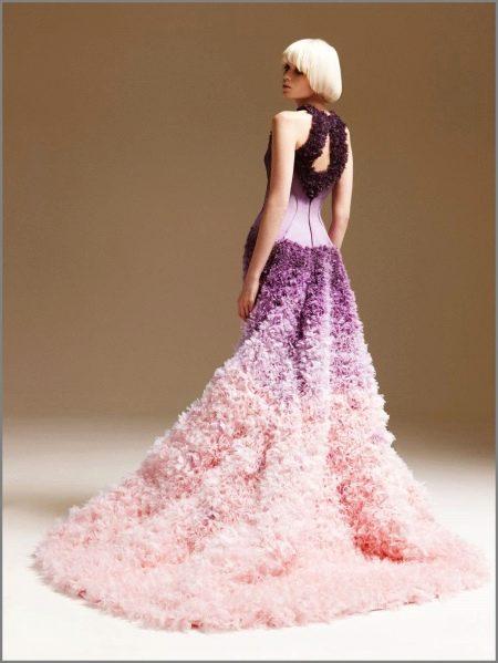 Платье с розовым шлейфом