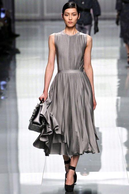 Серое шелковое платье миди