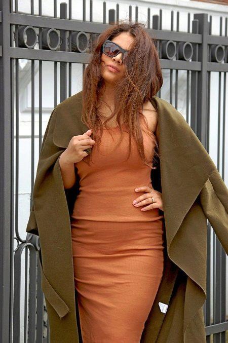 Терракотовое платье в сочетание с оливковым пальто