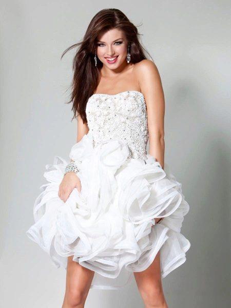 Белое пышное платье со стразами