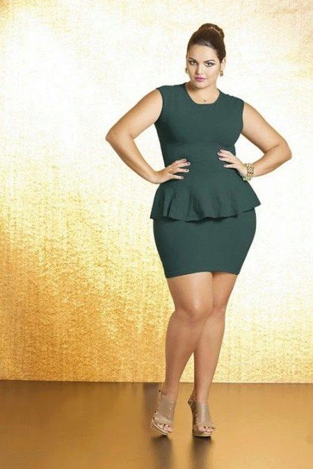 Зеленое короткое трикотажное платье-футляр для полной девушки