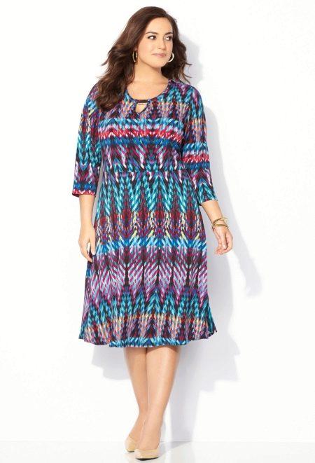 Цветное трикотажное платье для полных