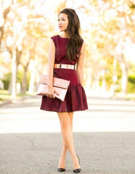 Вишневое платье с розовыми элементами