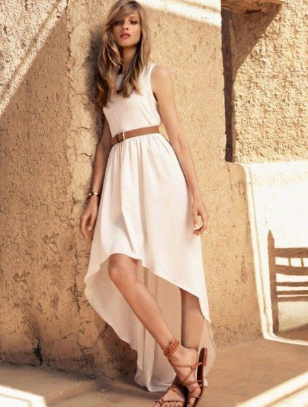 Длинное белое асимметричное платье