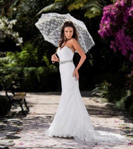 Гипюровое свадебное платье с зонтиком
