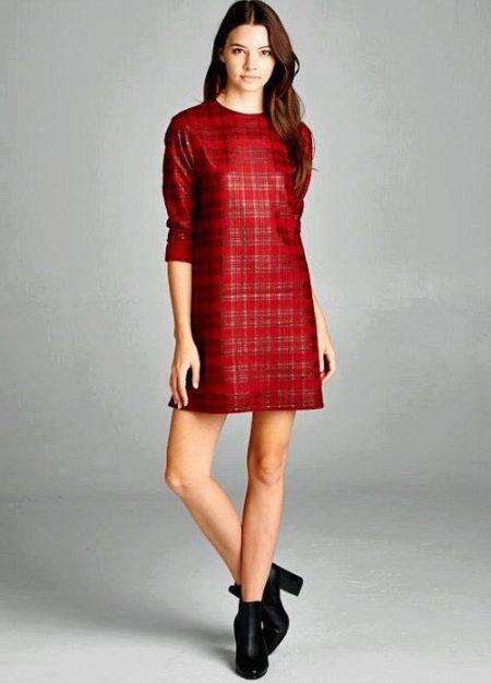 Красное прямого кроя платье в серую клетку