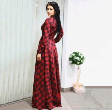 Длинное в пол красное платье в клетку с длинными рукавами