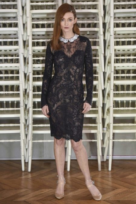 Черное кружевное платье с белым воротником