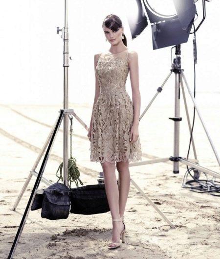 кружевное платье бежевого цвета