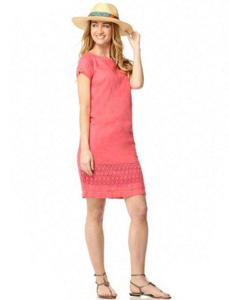 Льняное платье кораллового цвета с куржевой отделкой