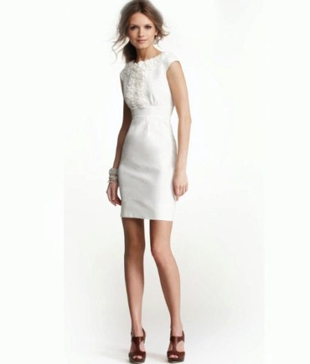 Короткое белое льняное платье