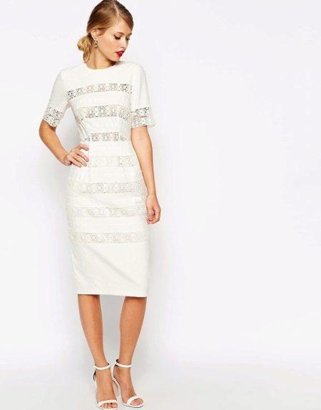Белое льняное платье с кружевом