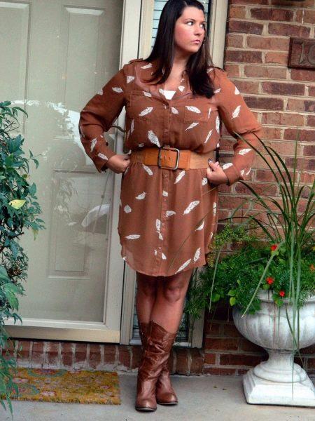 Коричневое платье-рубашка с кожаным ремнем и коричневыми сапогами для полных женщин
