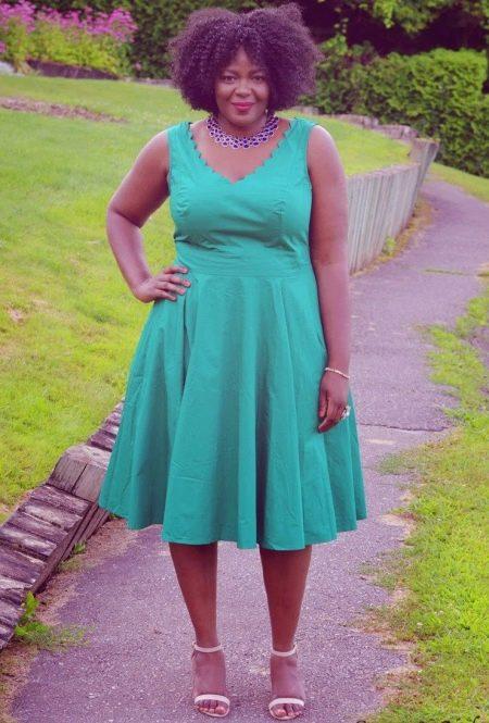 Открытое зеленое платье с А-образным силуэтом для полных женщин