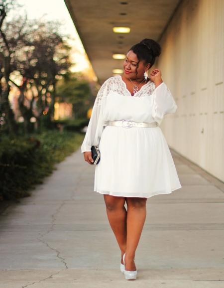 Белое платье-трапеция средней длины на ремешке для полных женщин