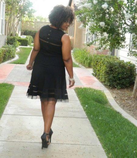 Черное офисное платье для полных и туфли на высоком каблуке к нему