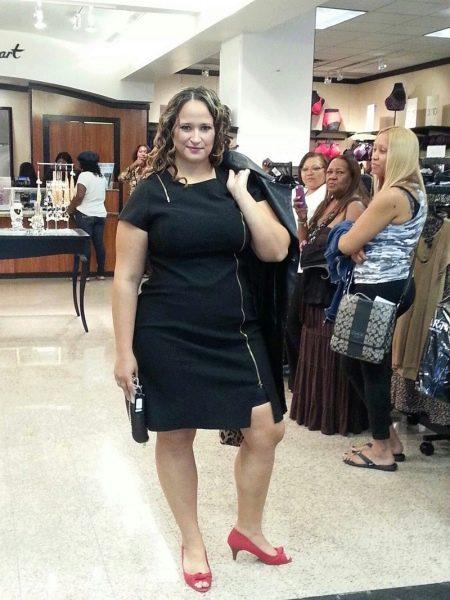 Черное офисное платье на молнии для полных и подходящие аксессуары у нему