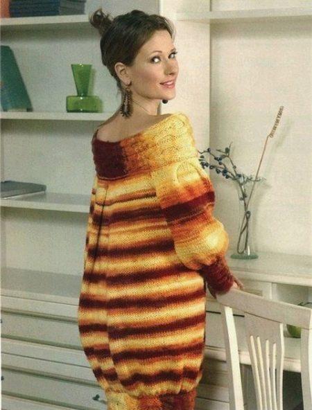 Вязаное полосатое платье-баллон