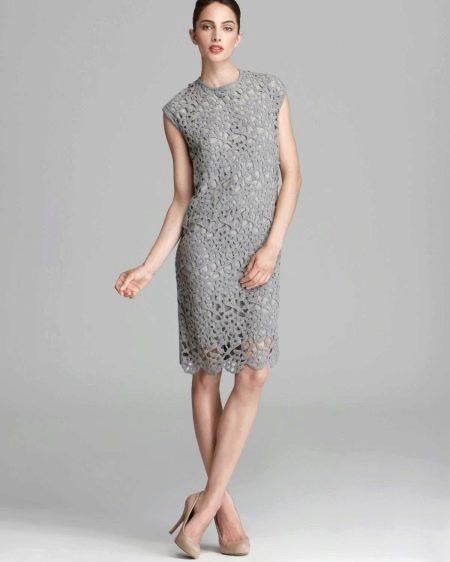 Серое кружевное платье футляр