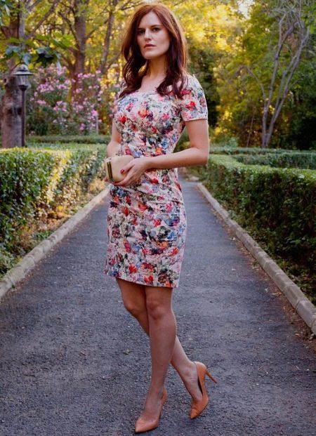 Бежевые туфли к платью-футляр с цветочным принтом