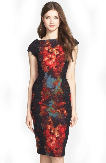 Кружевное черное платье футляр с короткими рукавами