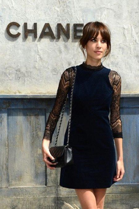 Платье-футляр с гипюровыми рукавами