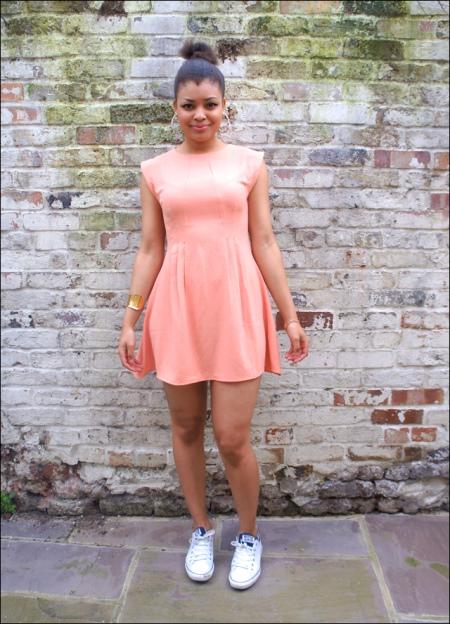 Платье из полиэстера в сочетание с кедами на лето