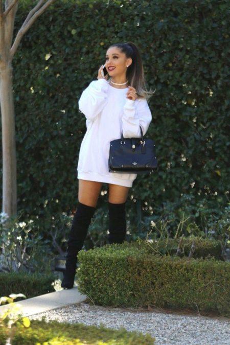 Теплоебелое   платье-свитер из полиэстера