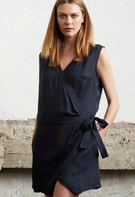 Черное короткое платье из штапеля