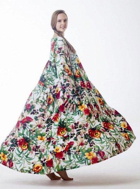 Длинное с цветочным принтом платье из штапеля в народном стиле