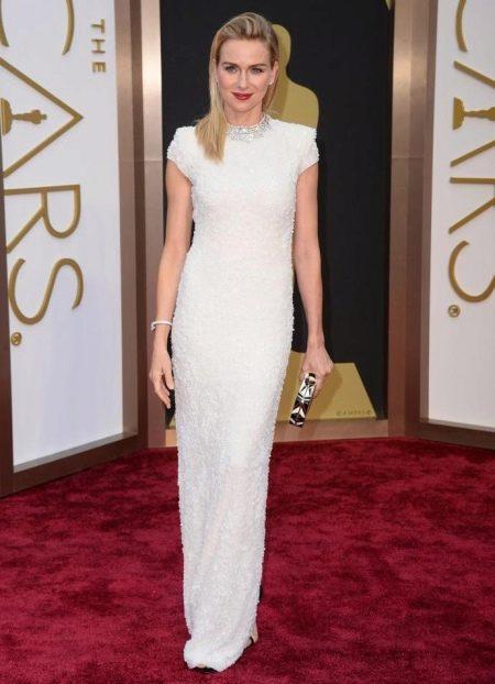 Длинное белое платье прямого силуэта