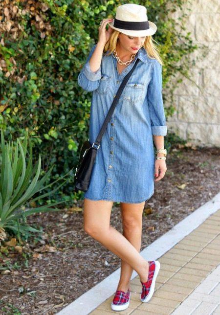 Джинсовое платье-рубашка с сумкой через плечо в сочетание со шляпой и слиперами красного цвета