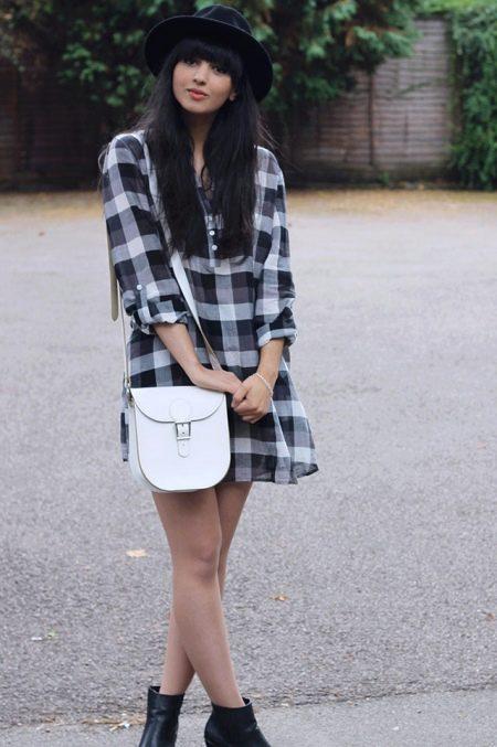Платье-рубашка в клетку в сочетание с белой сумочкой на длинном ремешке, черными ботинками и шляпой