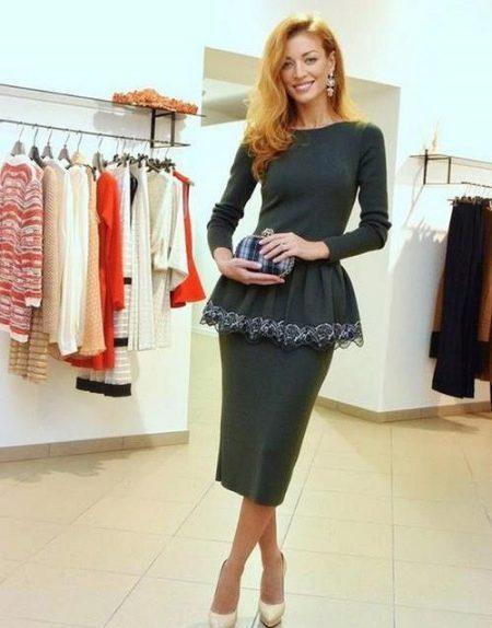 Серое платье-футляр с баской и длинными рукавами