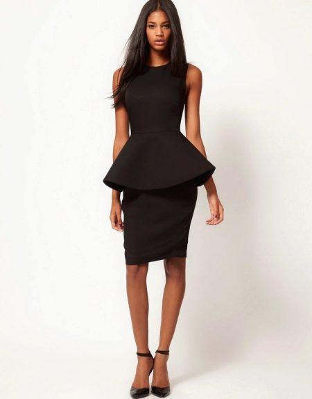 Платье из костюмной ткани с баской