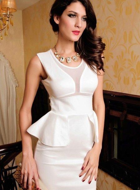 Белое платье с баской без рукавов