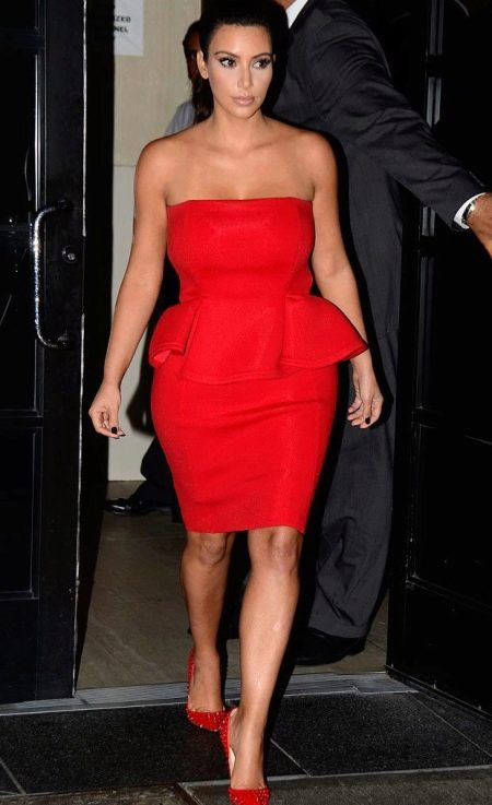 Красное платье-бюстье с баской