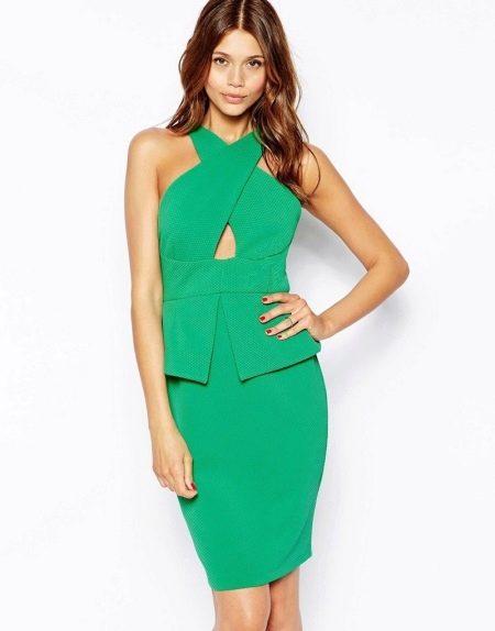 Зеленое платье с баской и необычной горловиной