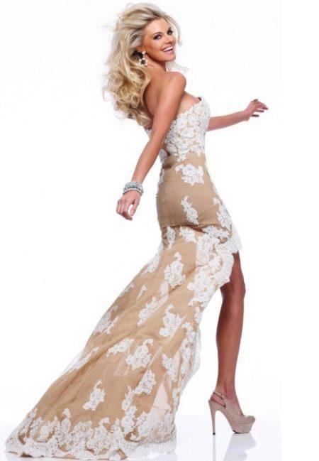 Модное короткое платье с корсетом и шлейфом