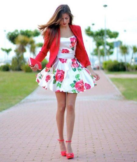 Белое платье с розами в сочетание с красным жакетом