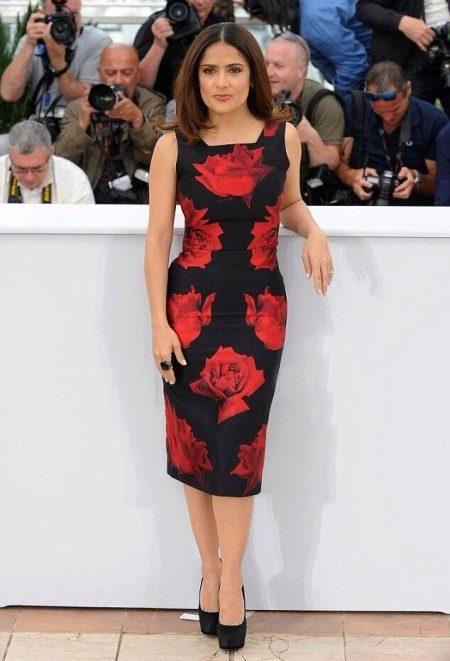 Черное платье-футляр с красными розами