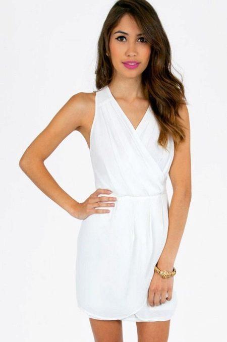 Короткое белое платье с запахом