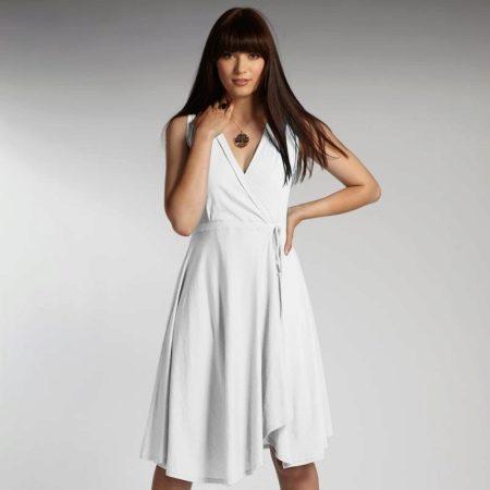 Белое трикотажное платье с запахом