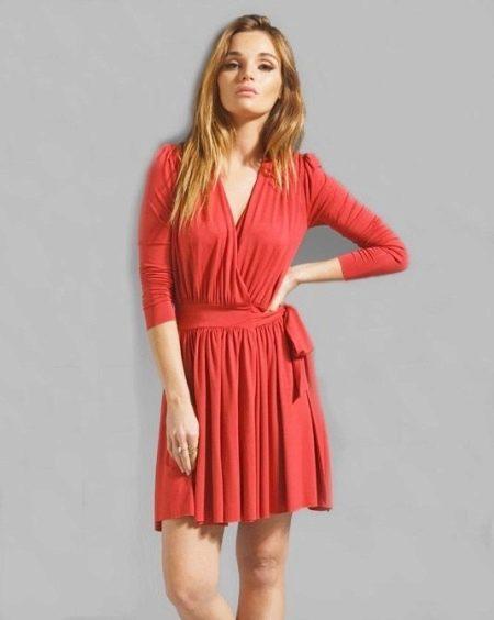 Красное короткое платье с запахом