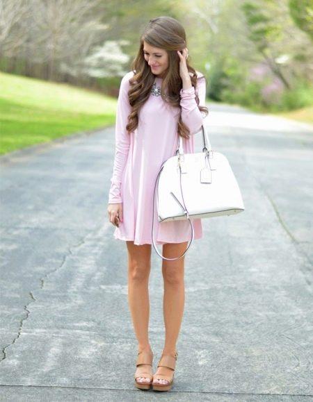 Платье-шифт с босоножками на танкетке